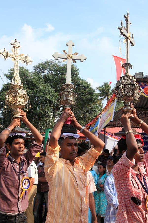 Os devotos guardam a cruz santamente em sua cabeça imagens de stock