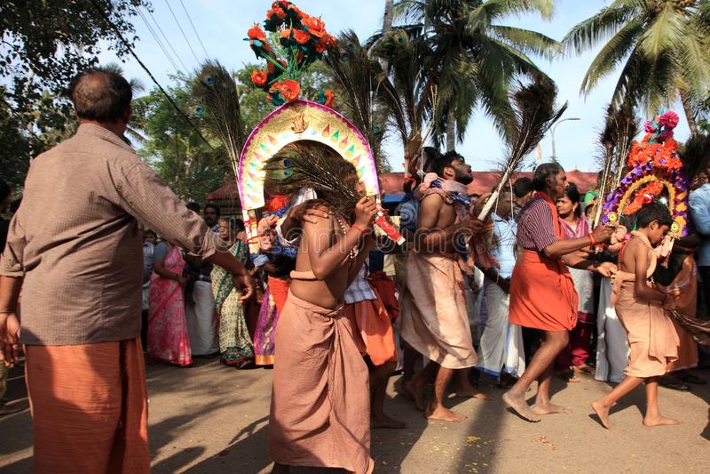 Os devotos guardam o arco decorado e a dança na agitação durante o festival de Thaipuyam fotos de stock