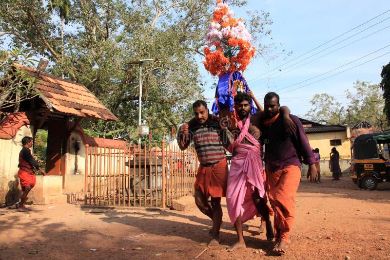 Os devotos guardam o arco decorado e a dança na agitação durante o festival de Thaipuyam fotos de stock royalty free