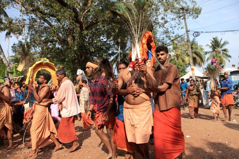 Os devotos guardam o arco decorado e a dança na agitação durante o festival de Thaipuyam imagens de stock