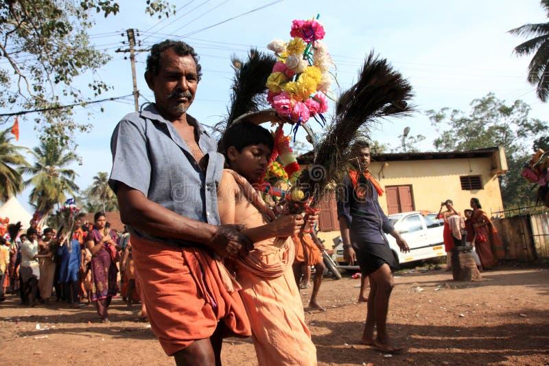 Os devotos guardam o arco decorado e a dança na agitação durante o festival de Thaipuyam imagem de stock