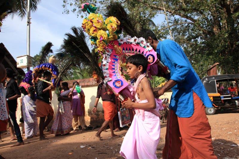 Os devotos guardam o arco decorado e a dança na agitação durante o festival de Thaipuyam foto de stock
