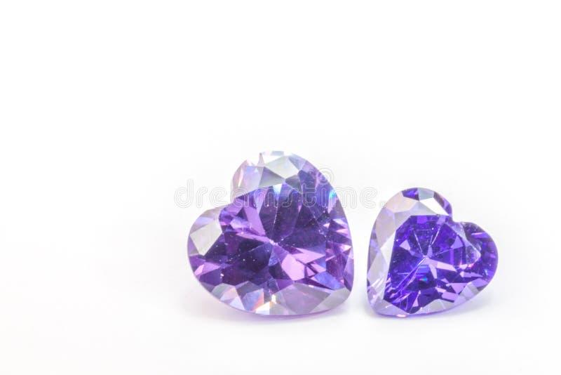 Os diamantes da ametista no coração dão forma no fundo branco imagens de stock