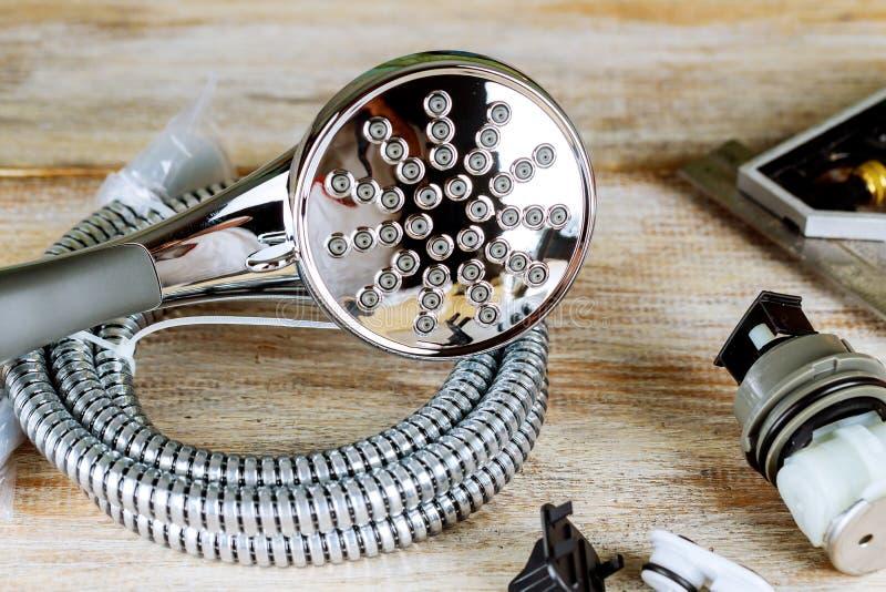 Os dispositivos bondes de encanamento do cobre da chave de tubulação rolaram acima dos desenhos de construção foto de stock royalty free