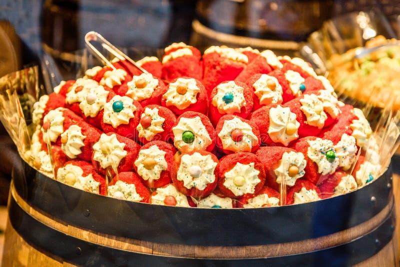 Os doces coloridos em doces do Natal compram, Praga, República Checa fotografia de stock