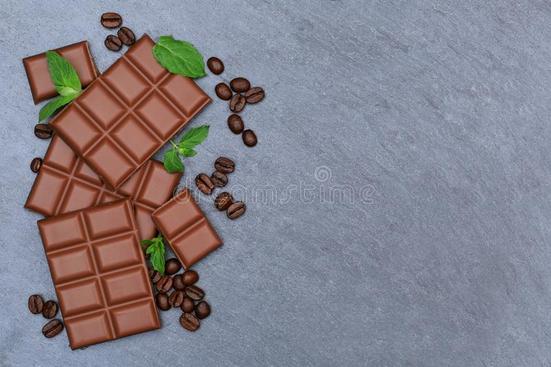 Os doces do alimento da barra de chocolates do leite de chocolate slate a parte superior vi do copyspace imagem de stock