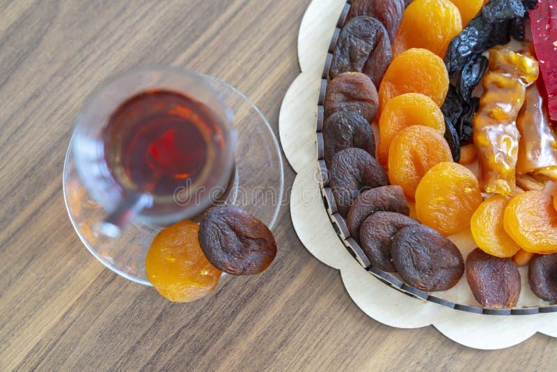 Os doces orientais do loukoum secaram frutos e porcas em uma caixa de madeira com chá turco foto de stock royalty free