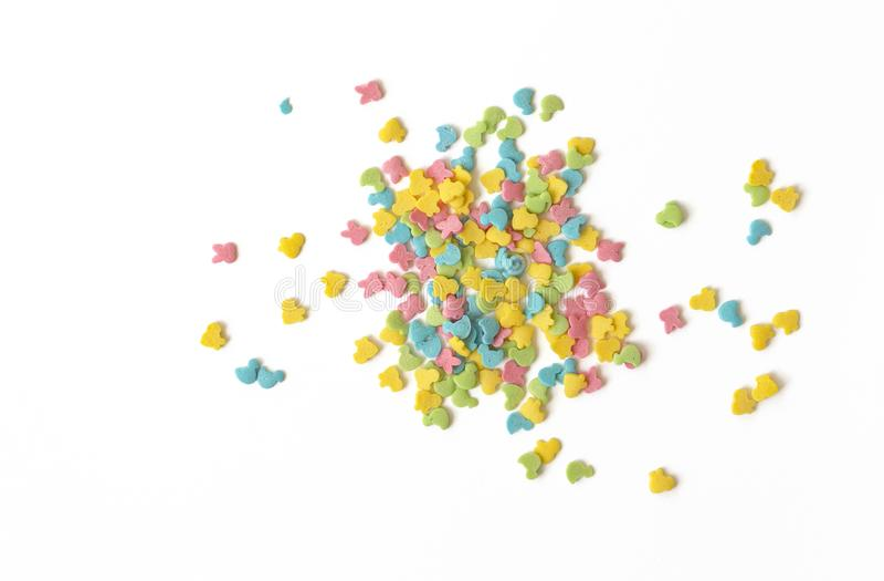 Os doces polvilham O bolo colorido polvilha dispersado sobre o fundo branco imagem de stock royalty free