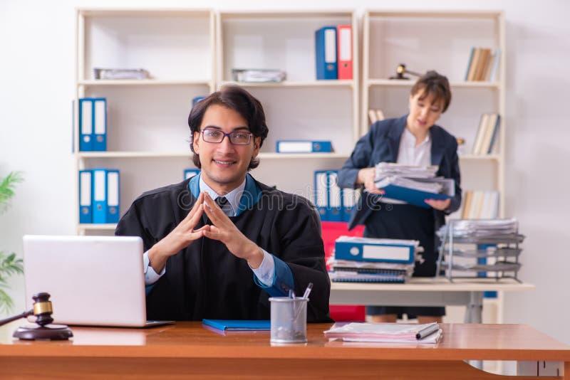 Os dois advogados que trabalham no escrit?rio fotografia de stock