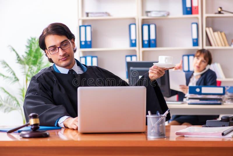 Os dois advogados que trabalham no escrit?rio imagem de stock royalty free