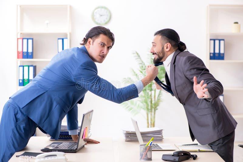 Os dois colegas masculinos no escrit?rio fotografia de stock royalty free