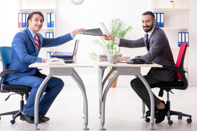 Os dois colegas masculinos no escrit?rio imagens de stock royalty free
