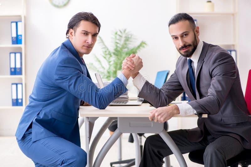 Os dois colegas masculinos no escrit?rio fotografia de stock