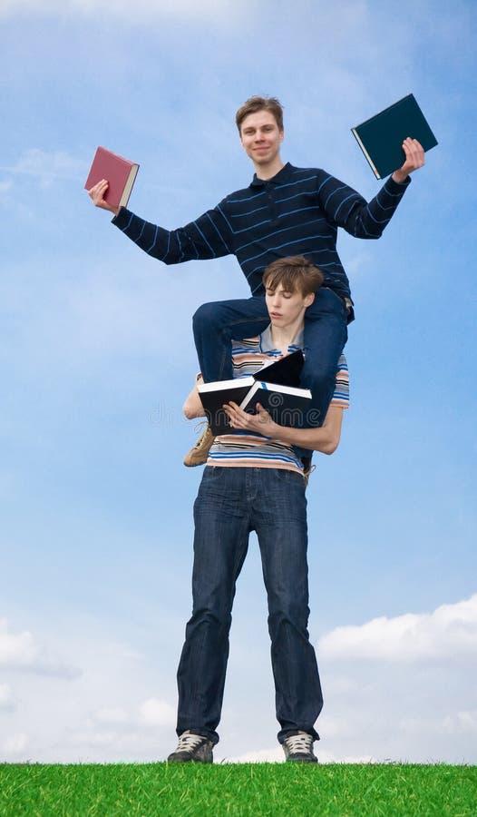 Os dois estudantes com o livro foto de stock