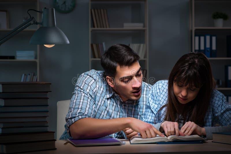 Os dois estudantes que estudam tarde na noite foto de stock royalty free
