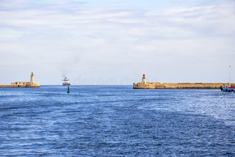 Os dois faróis do porto grande, Malta fotografia de stock