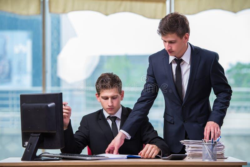 Os dois irmãos gêmeos que discutem o projeto do negócio fotos de stock