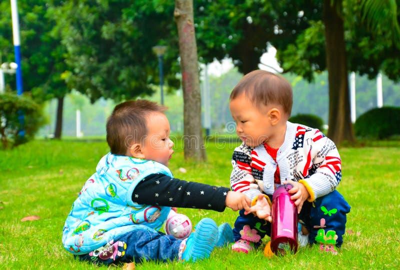 Os dois meninos competiram com-se para os brinquedos foto de stock royalty free