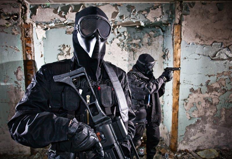 Os dois soldados armados imagem de stock royalty free