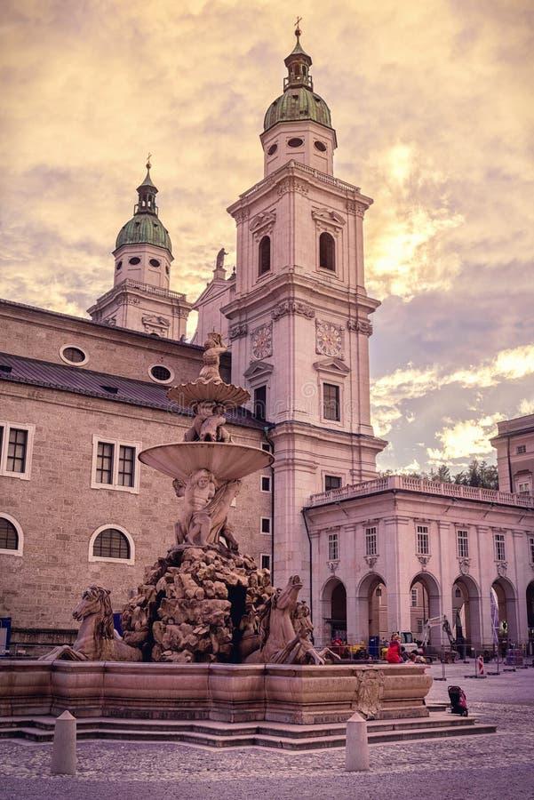 Os DOM da catedral de Salzburg e Residenzplatz, Áustria fotografia de stock