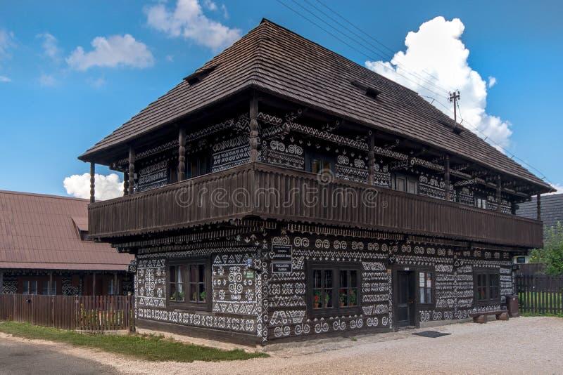 Os DOM de Radenov do museu Casa de madeira velha com um teste padrão tradicional pintado fotografia de stock royalty free