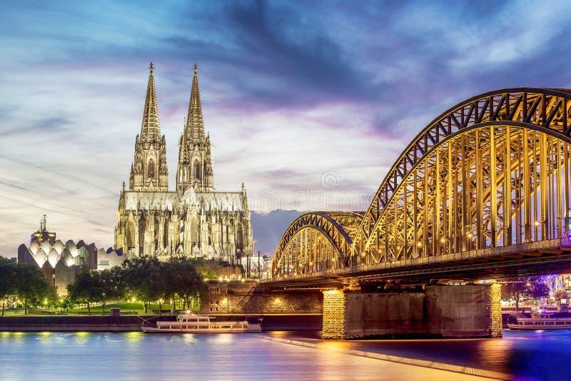 Os DOM iluminados na água de Colônia imagem de stock