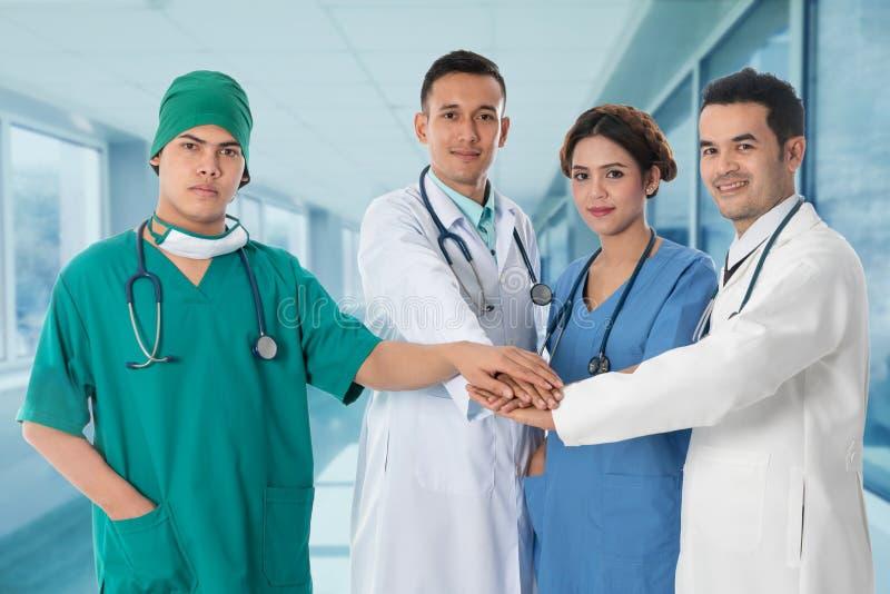 Os doutores agrupam, cirurgião e enfermeira no fundo do hospital imagens de stock royalty free