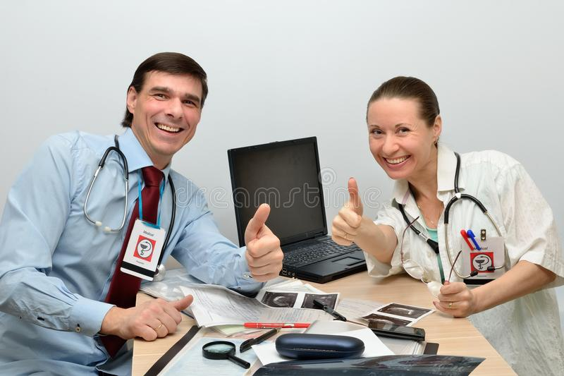 Os doutores equipam e a mulher é sucesso feliz imagem de stock royalty free