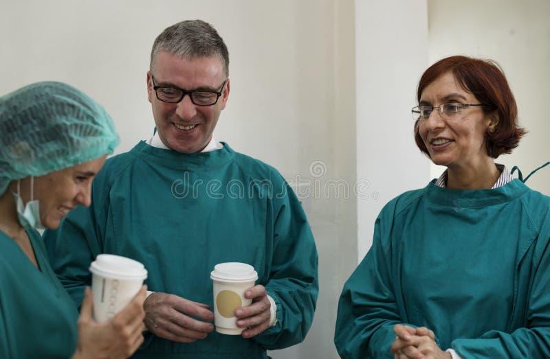 Os doutores estão falando junto durante uma estadia da ruptura imagens de stock