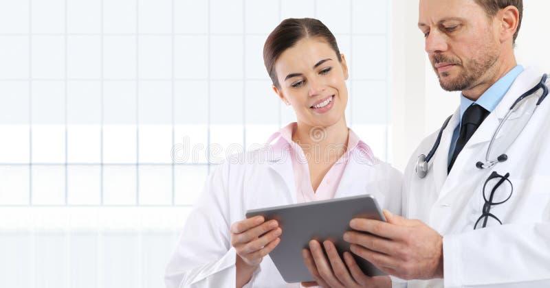 Os doutores usam a tabuleta digital, conceito da consulta médica fotos de stock royalty free