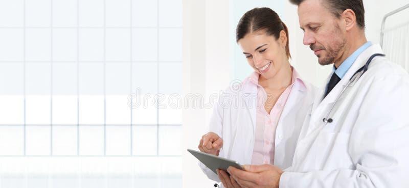 Os doutores usam a tabuleta digital, conceito da consulta médica imagem de stock royalty free