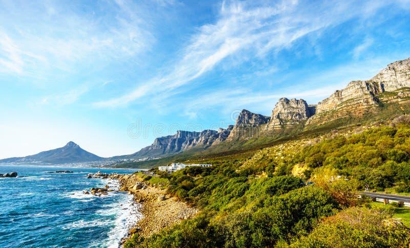 Os doze apóstolos, que é o lado do oceano da montanha da tabela, a comunidade da praia dos acampamentos a montanha principal late imagem de stock
