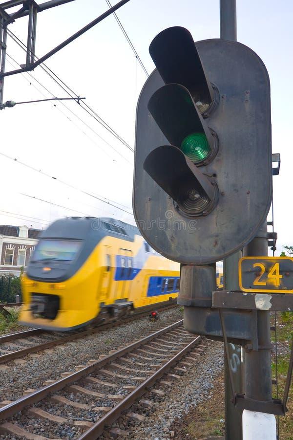 Os Dutch treinam a passagem de um sinal railway fotografia de stock