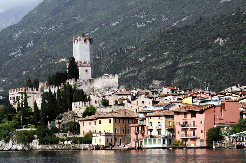 Os edifícios de Malcesine aproximam o lago Lago di Garda imagem de stock
