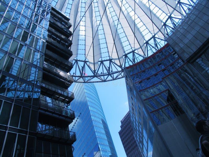 Os edifícios jogam no centro de Sony, Berlim fotos de stock royalty free