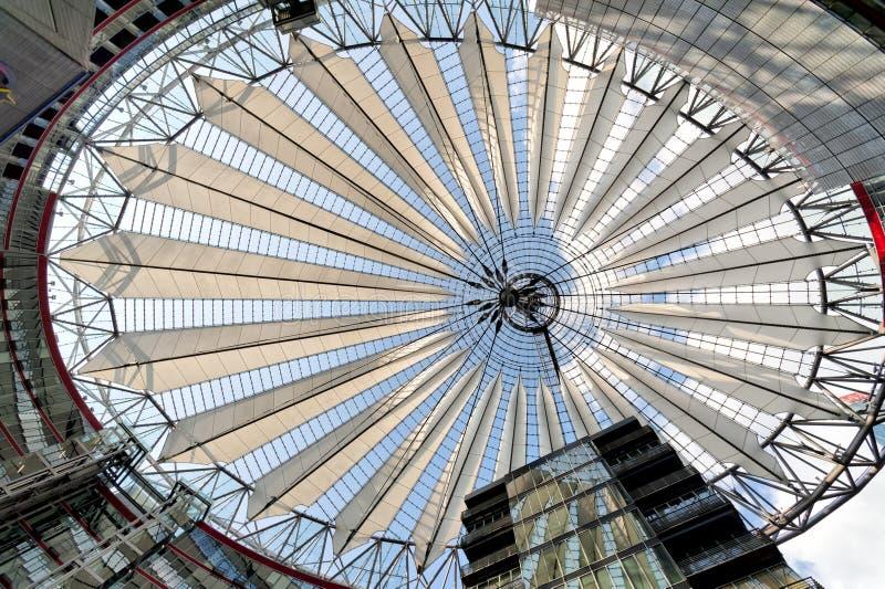Os edifícios jogam no centro de Sony, Berlim imagens de stock royalty free