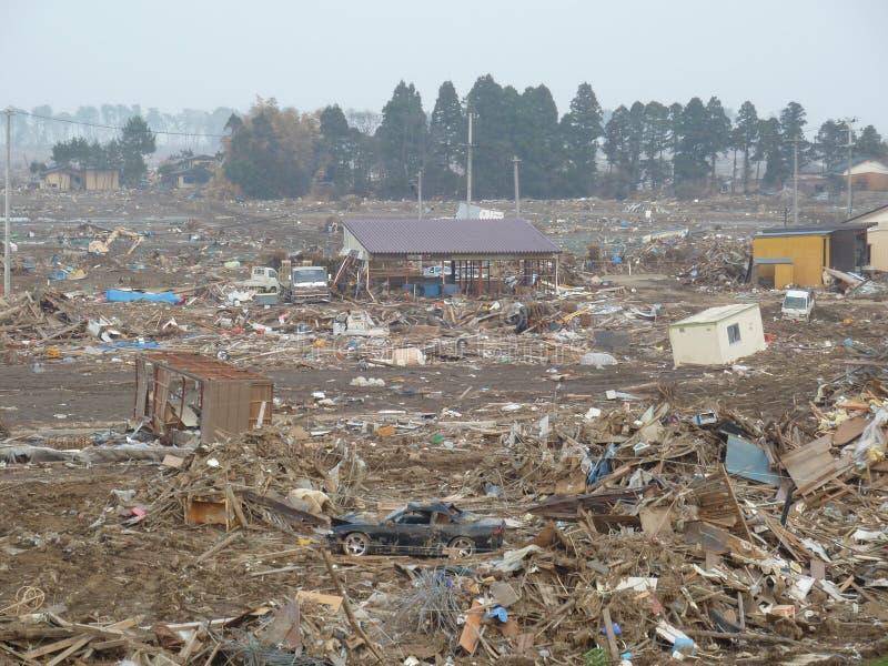 Os efeitos horríveis do tsunami em Japão foto de stock