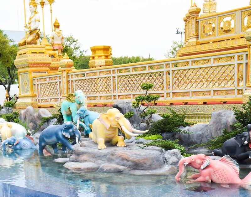 Os elefantes, criaturas míticos em um Anodat pond para real de Tha imagem de stock royalty free