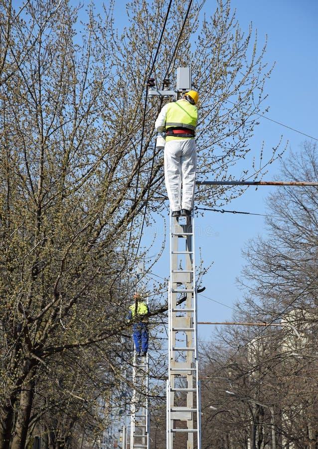Os eletricistas estão trabalhando foto de stock
