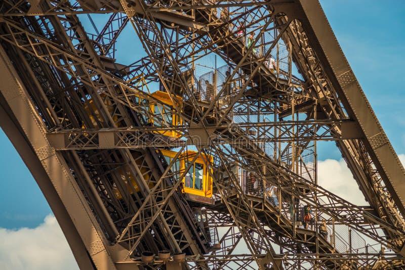 Os elevadores amarelos trazem a turistas 300 medidores acima da torre Eiffel bonita fotos de stock