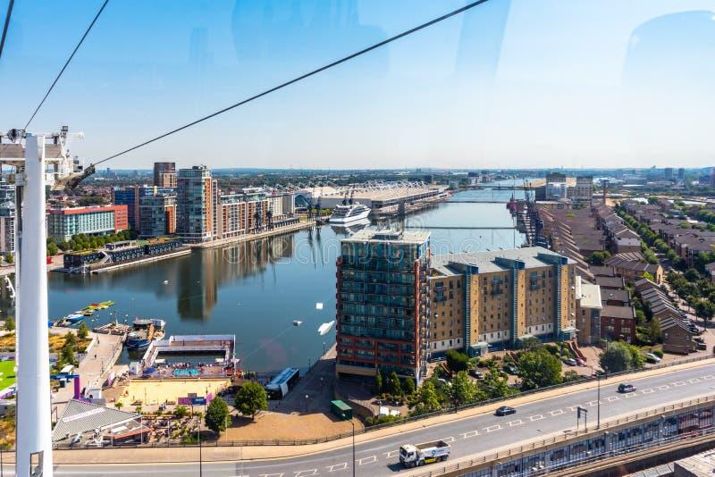 Os emirados arejam a linha telef?ricos em Thames River em Londres, Reino Unido foto de stock