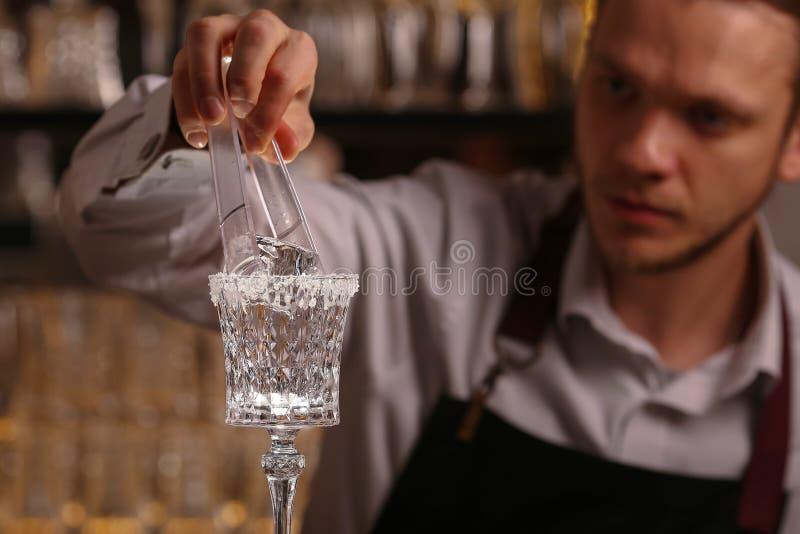 Os empregado de bar estão fazendo o cocktail de Margarita Cocktail do álcool de Margarita na superfície preta do fundo imagens de stock