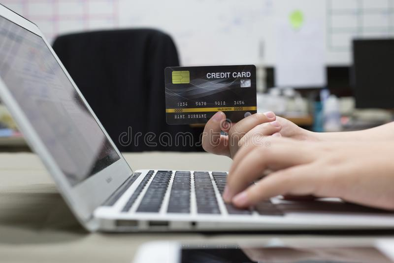 Os empregados da empresa estão comprando produtos em linha e estão pagando-os através dos cartões de crédito em linha conveniente imagens de stock royalty free