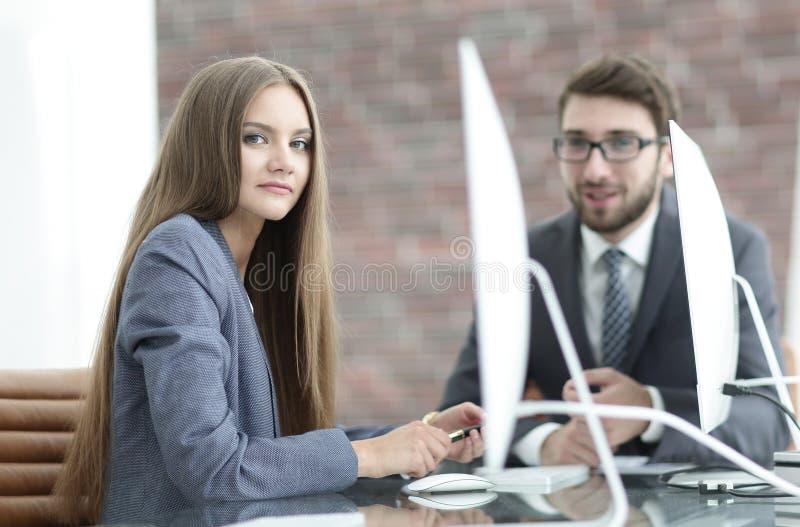 Os empregados discutem edições do trabalho no escritório fotografia de stock royalty free