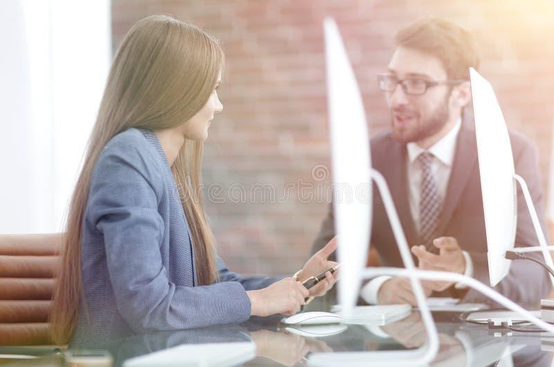 Os empregados discutem edições do trabalho no escritório fotos de stock royalty free