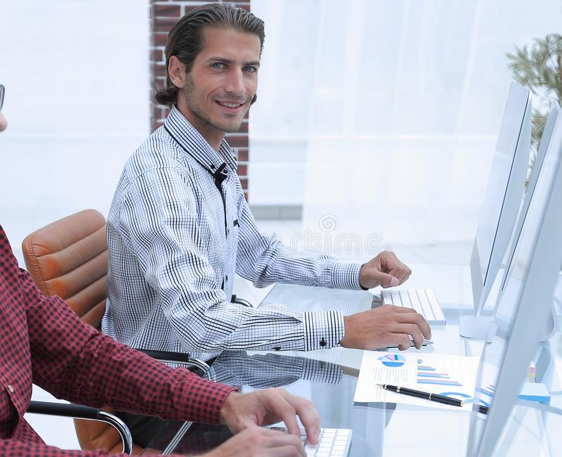 Os empregados do ` s da empresa trabalham no escritório fotos de stock royalty free