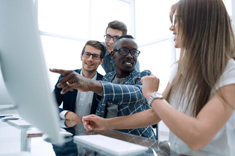 Os empregados trabalham em computadores em um escritório moderno foto de stock royalty free