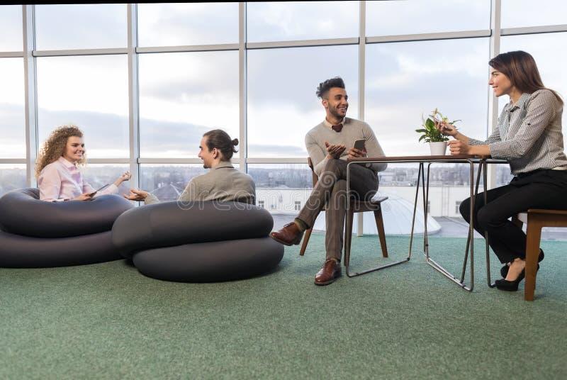 Os empresários agrupam no centro de Coworking, pessoa da raça da mistura do local de trabalho dos colegas de trabalho que encontr imagem de stock