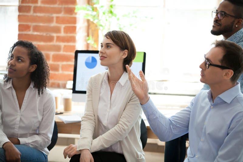 Os empresários bem sucedidos recolheram junto para o seminário do negócio foto de stock
