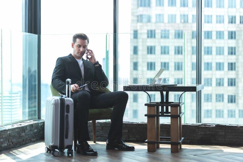 Os empresários deixam a bagagem e encontram-se no aeroporto para voar para ver trabalho em países estrangeiros Pessoas titulares  foto de stock